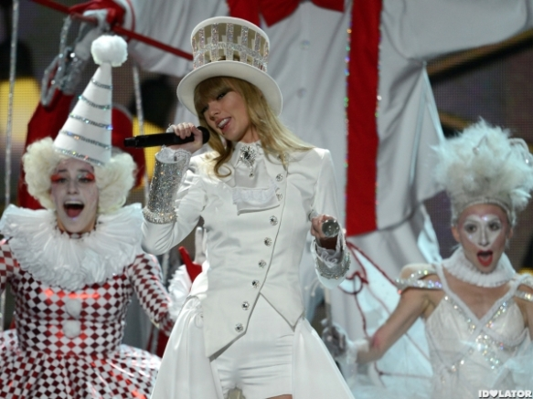 Taylor-Swift-We-Are-Never-Ever-Getting-Back-Together-Grammys-2013-600x450